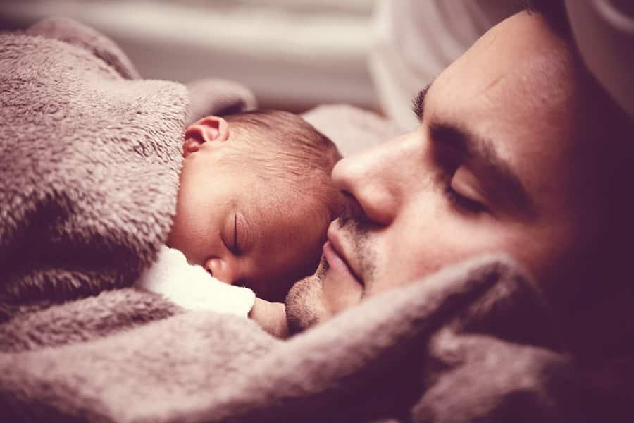 700 horas de sono dos pais são perdidas no primeiro ano do bebê