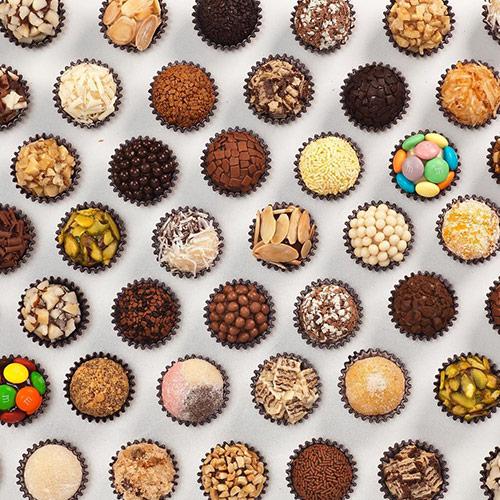 Brigadeiros e chocolates em geral, quem não gosta, curte!