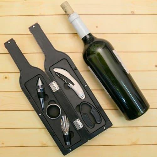 O kit de vinho como prêmio para o chá rifa é super charmoso e útil