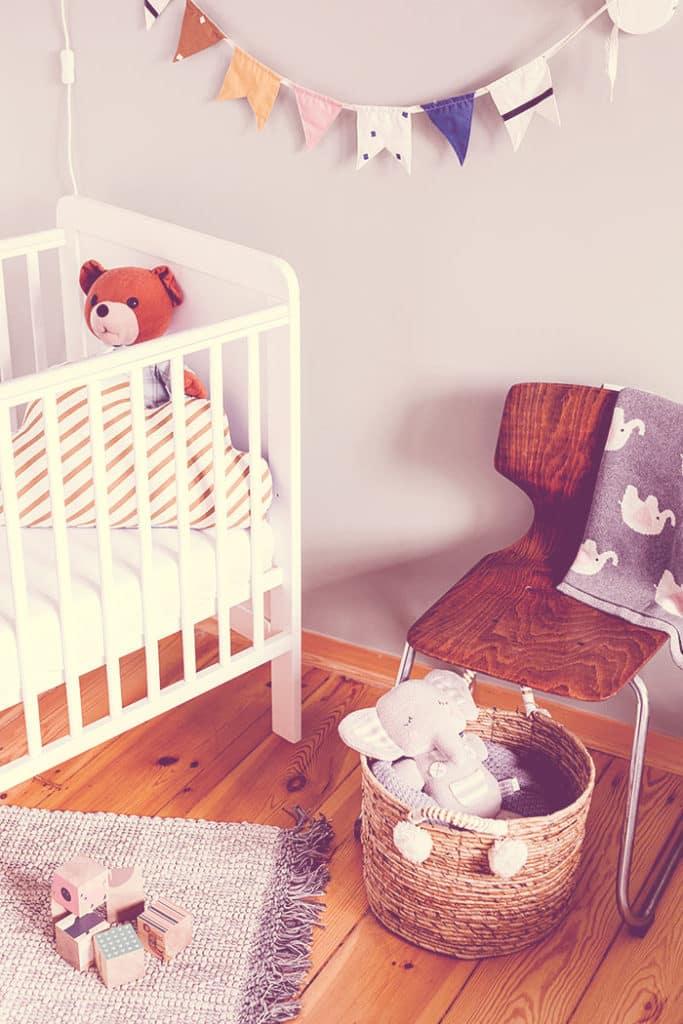 As bandeirinhas de tecido podem dar um toque super especial ao quarto do bebê