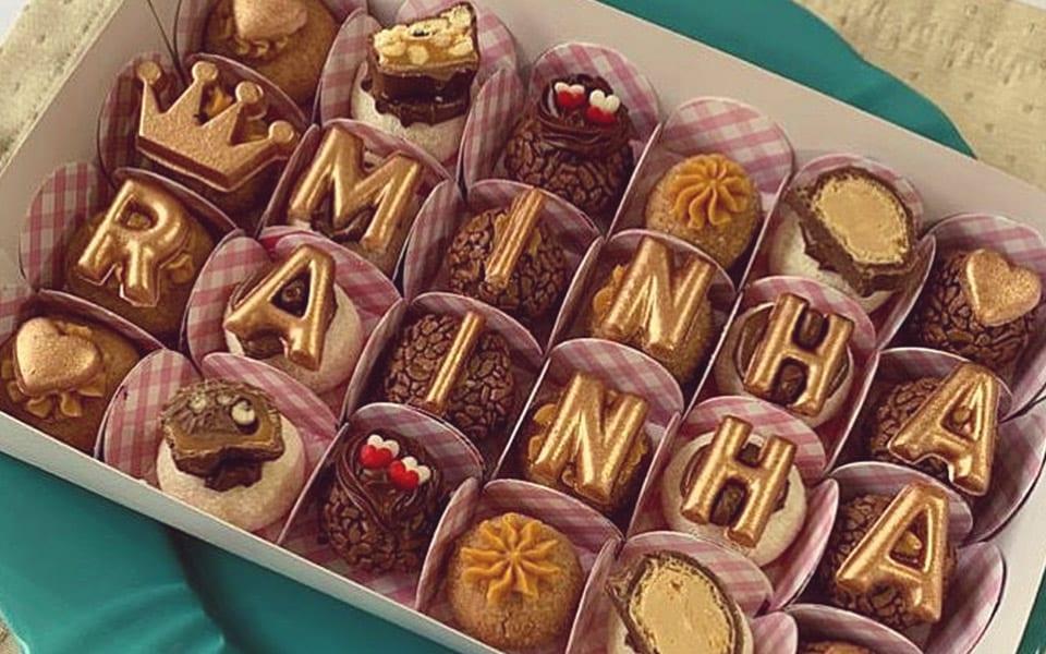 Chocolates com as letras formando o anúncio da gravidez